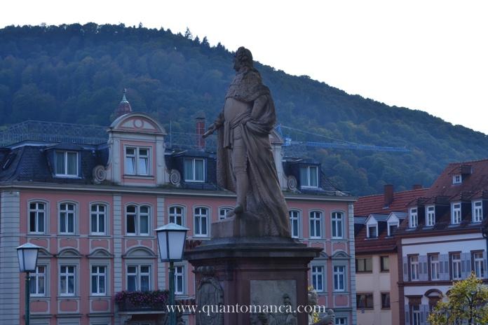 heidelberg con i bambini  statua