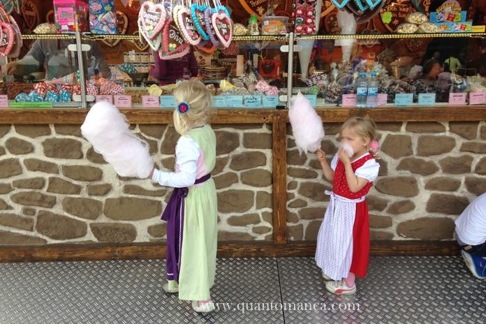 oktoberfest con bambini - due bambini bavaresi al oktoberfest di Monaco che mangiano lo zucchero sfilato