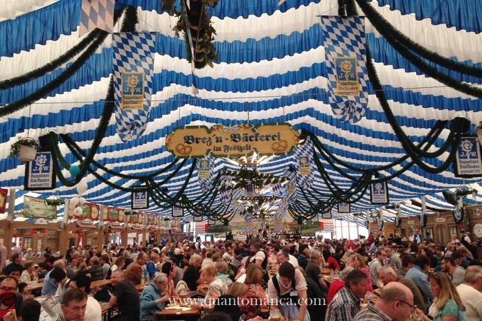 Oktoberfest a Monaco di Baviera con la famiglia: La festzelt, dove si beve la birra e si mangia i famosi Wiesnhendl