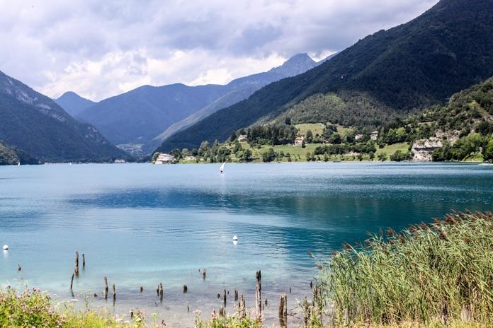 Panorama del lago di Ledro. In primo piano i pali originali sui cui si reggeva il villaggio Palafitticolo.